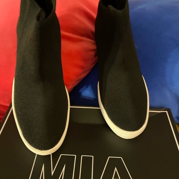 Mia black stretchy ankle high shoe/sneakers